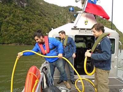 IFOP  analizó  extraña mancha roja en bahía Chacabuco en Aysén