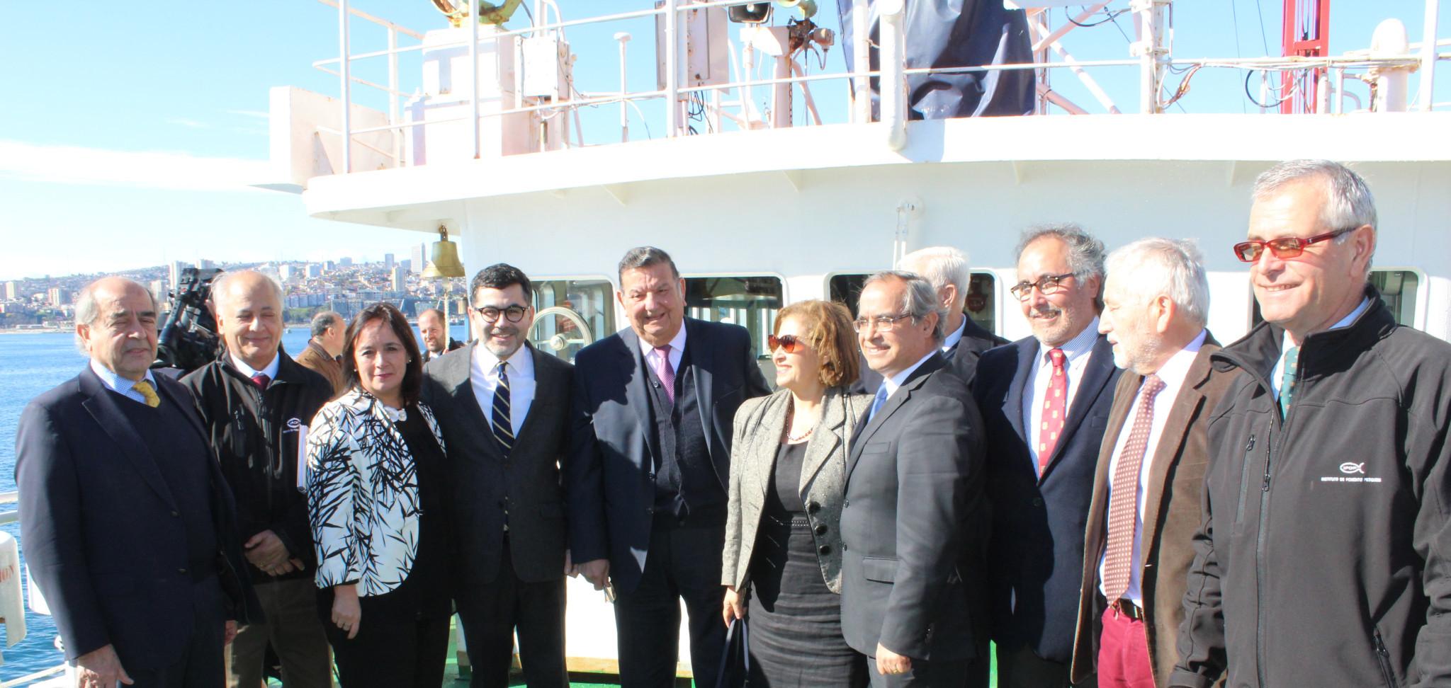 Senadores de la Comisión de Pesca sesionan a bordo del buque científico Abate Molina